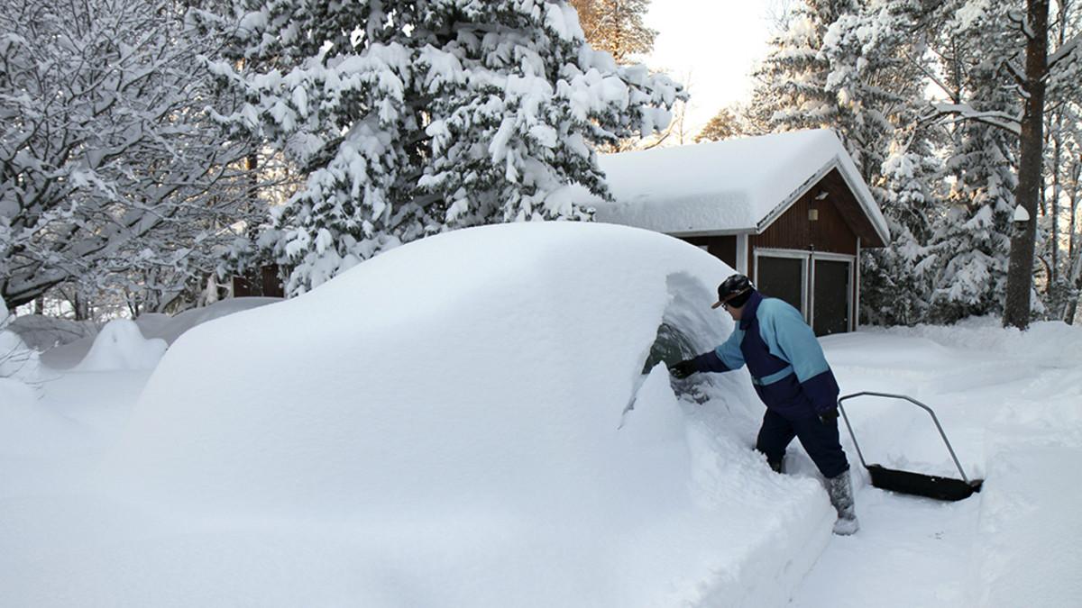 Lauri Hakosalo kaivoi autoaan esiin paksun lumikinoksen alta Merikarvialla Satakunnassa lauantaina.
