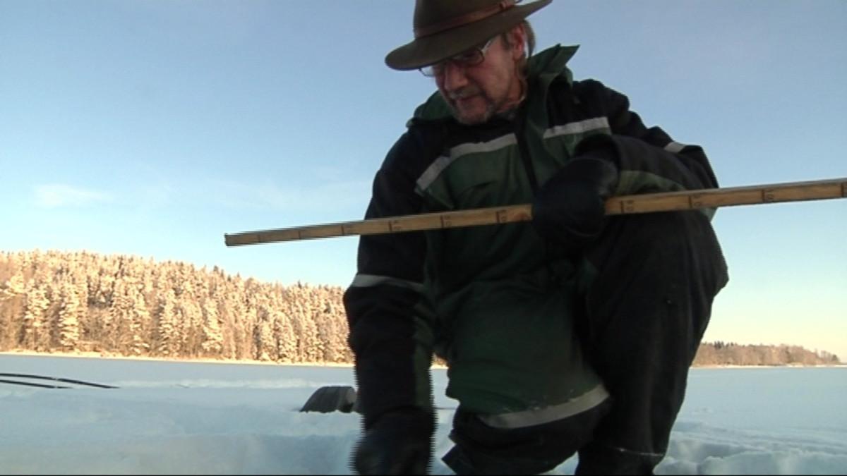 Jussi Vilén mittaa jään paksuutta