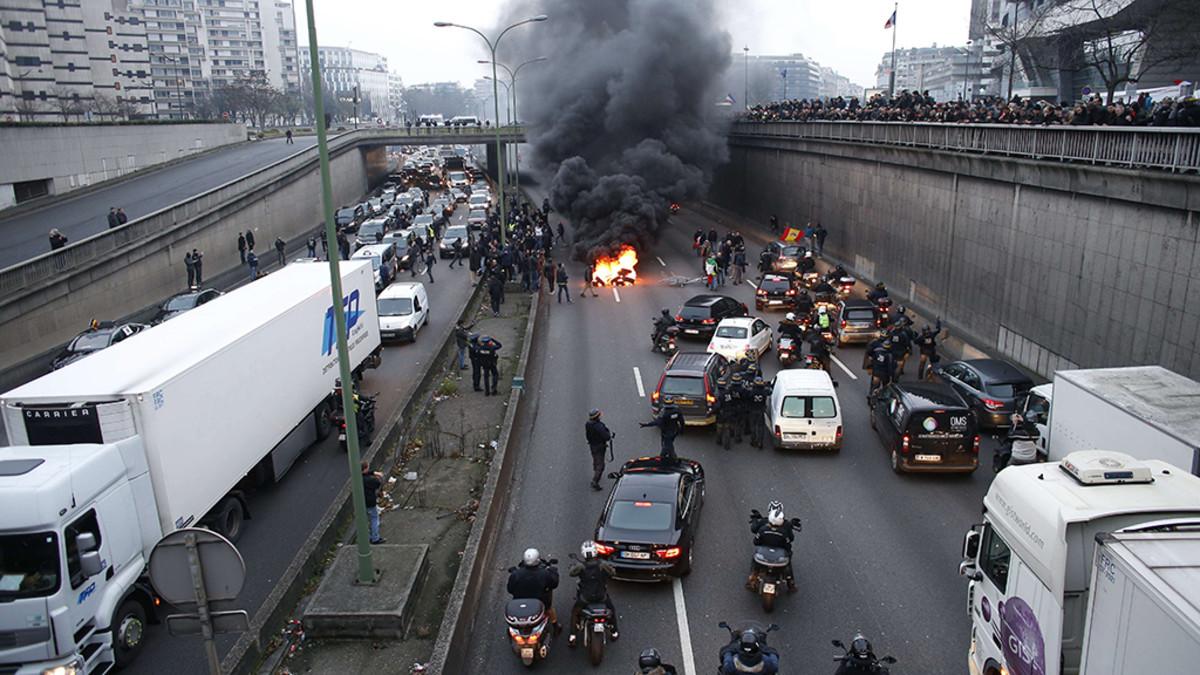 Mielenosoittajat tukkivat tien Pariisissa 26. tammikuuta 2016.