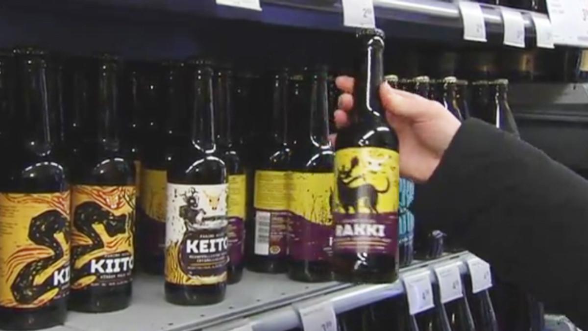 Olutta kaupan hyllyssä.