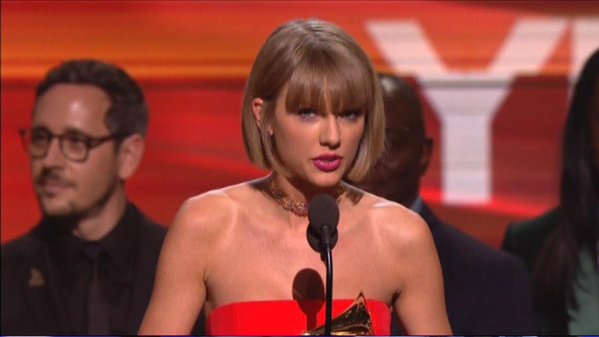 Taylor Swift pitämässä puhetta Grammy-gaalassa.