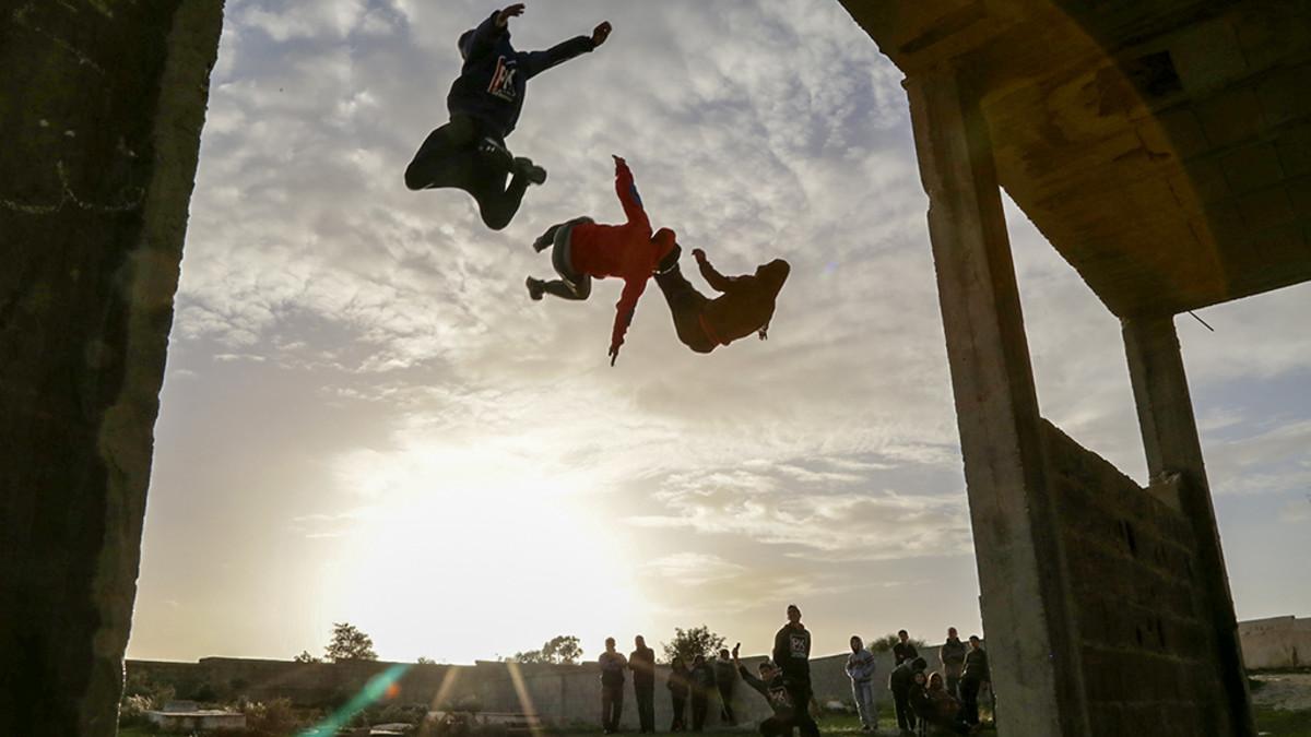 kolme poikaa hypännyt ilmaan katolta