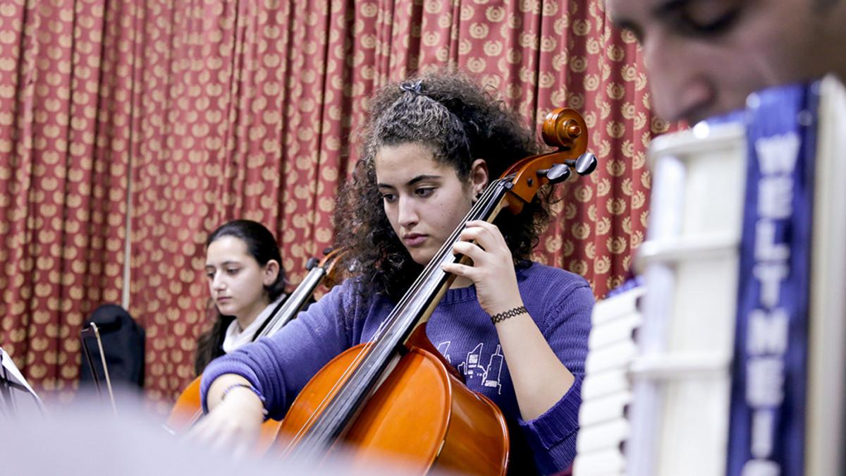 nuori nainen soittaa selloa