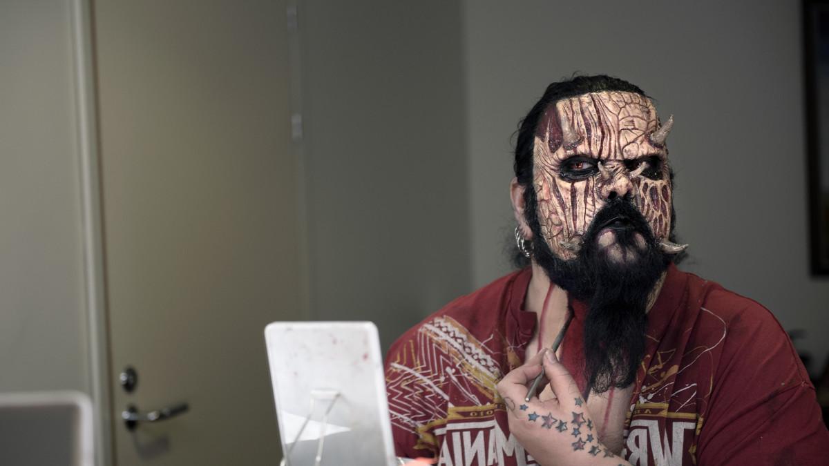 Lordi valmistautuu kuvauksiin Ylen studiotalossa.