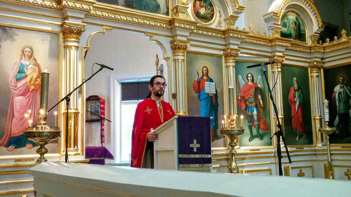 Isä Ioannis Lampropoulos saarnaa Ilomantsin ortodoksisessa kirkossa.