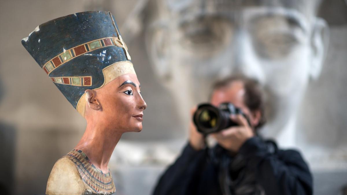Valokuvaaja tähtää Nefertitin rintakuvan kopiota.
