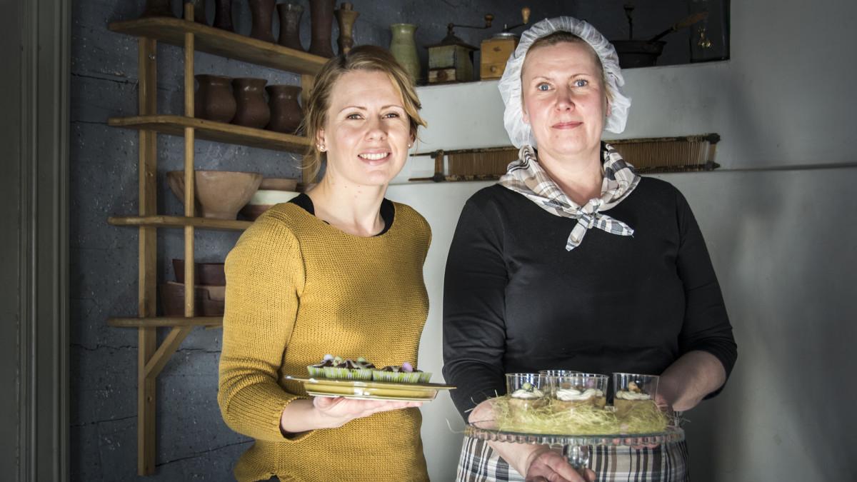Maa- ja kotitalousnaisten Johanna Hylkilä ja Auli Saukko Kruununvoudintalon Mämmibaarissa.