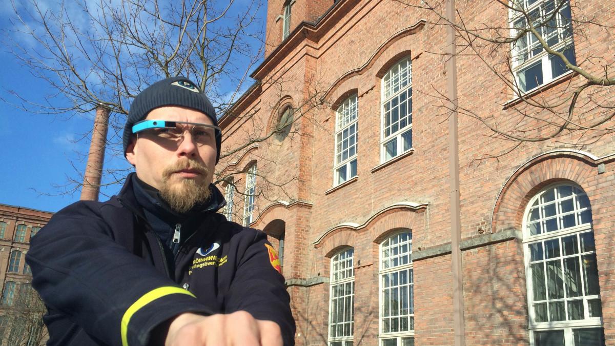 Parkkimaksuton auto löytyi älylasien läpi. Maksun pysäköinnintarkastaja Mikko Huikko jättää käsin auton tuulilasiin.