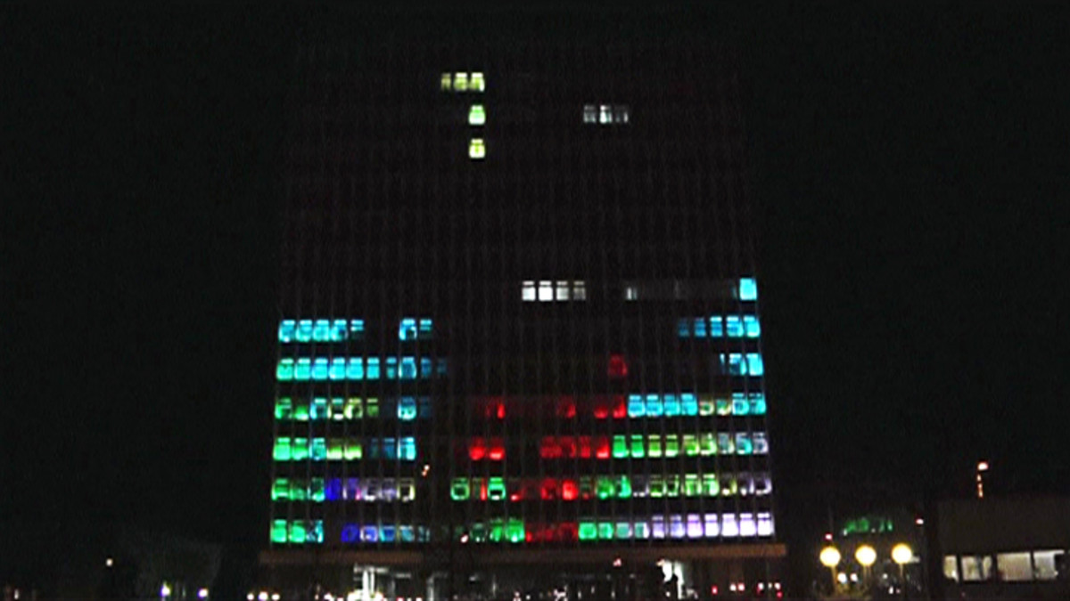 Tetristä pelataan led-valoin valaistuissa rakennuksen ikkunoissa.