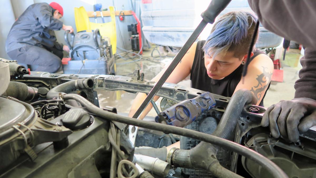 Nuori mies korjaa autoa