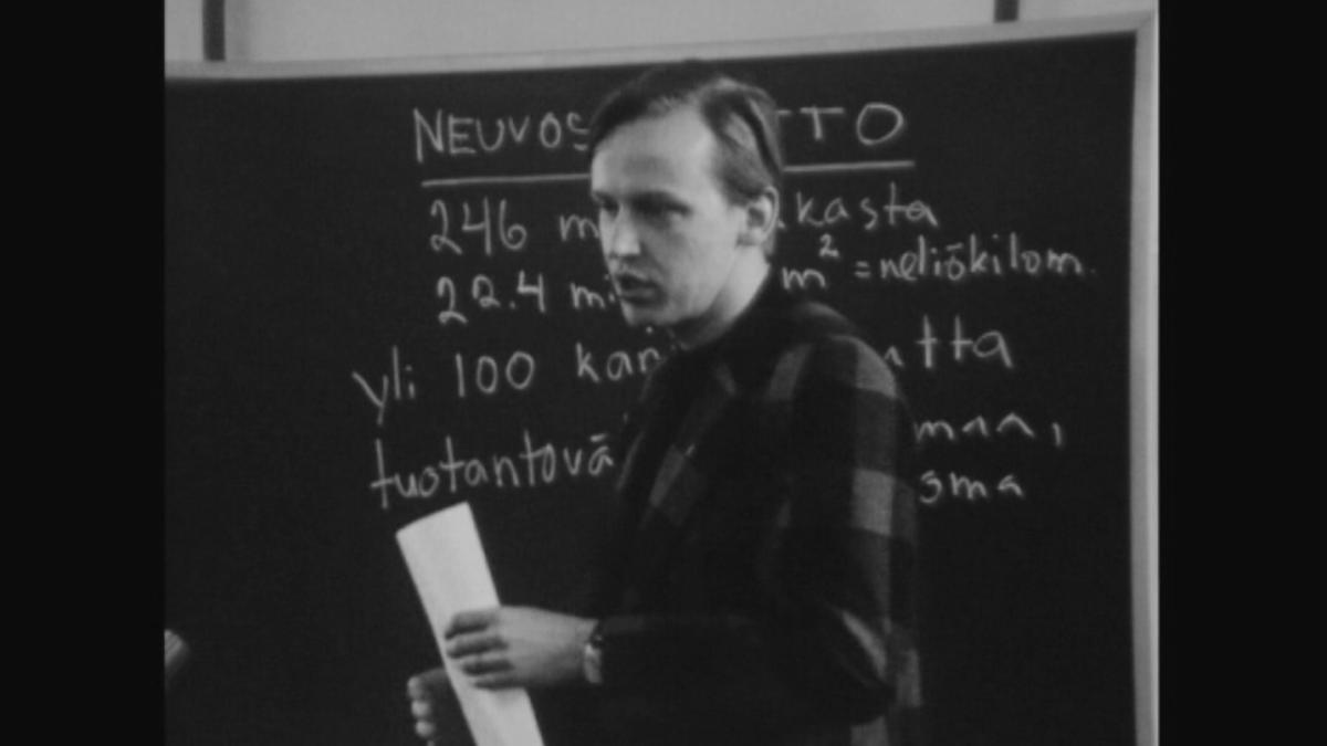 Opettaja liitutaulun edessä 70-luvulla.