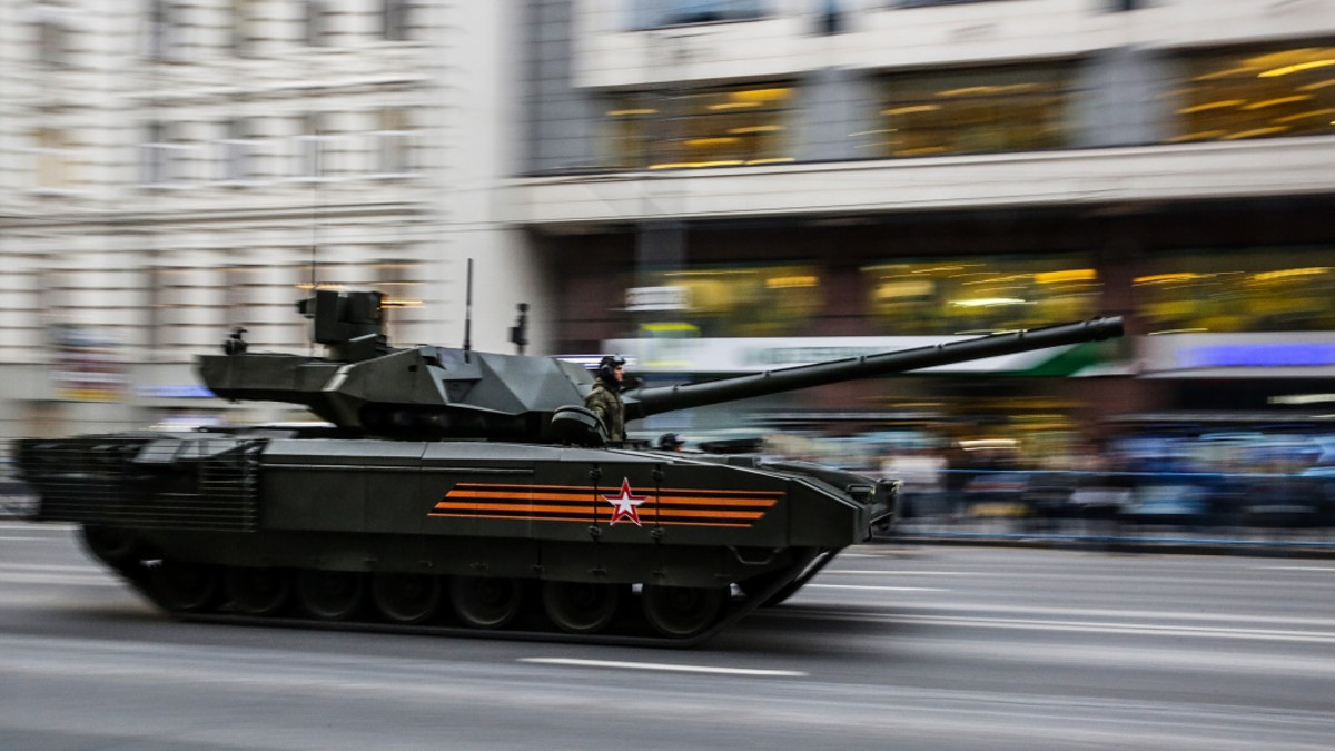 panssarivaunu ajaa Moskovassa kadulla