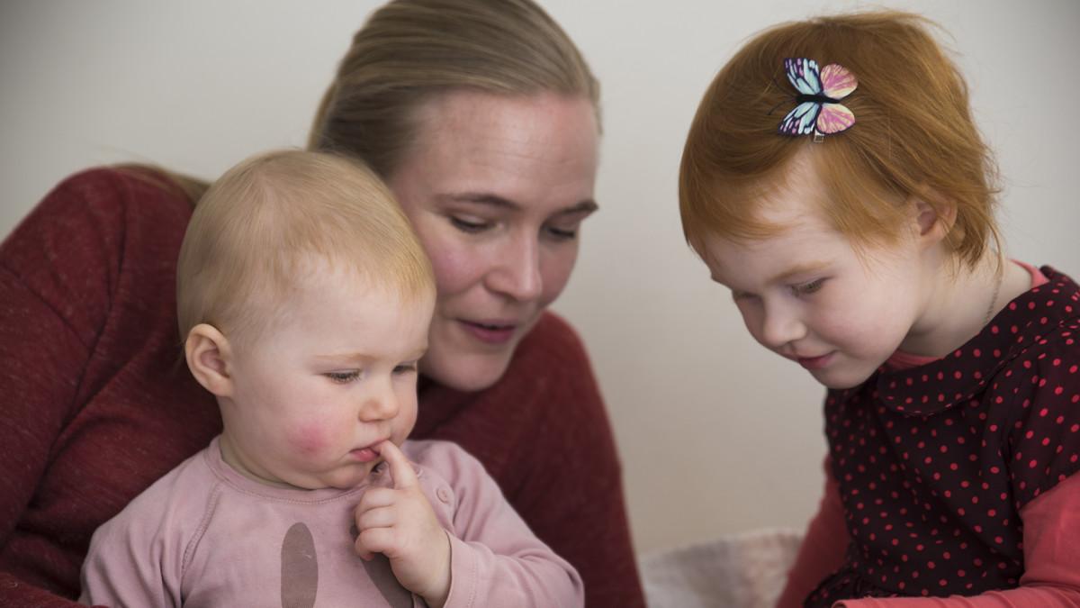 Iina Paronen sekä lapset Vinha ja Tarina