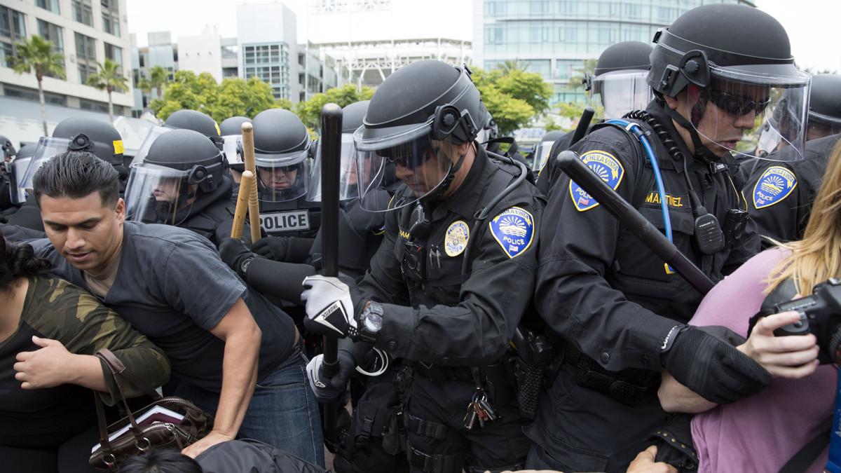 Poliiseja ja mielenosoittajia tungoksessa.