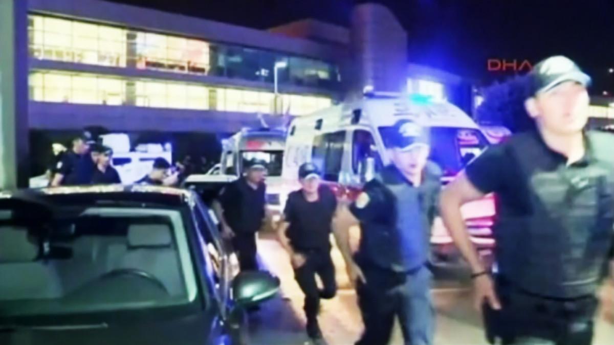 Poliiseja juoksemassa.