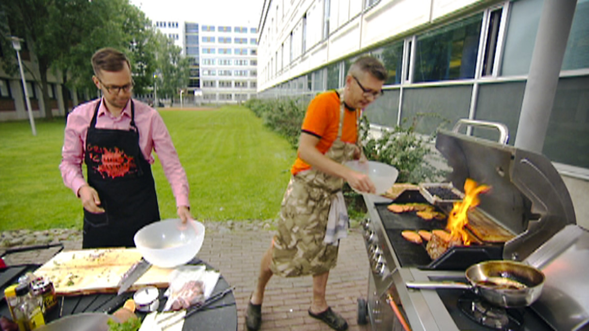 Joonas Turunen ja Sami Garam grillauspuuhissa.