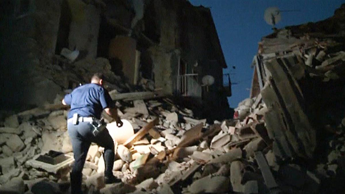 Maanjäristyksen tuhoamia rakennuksia.