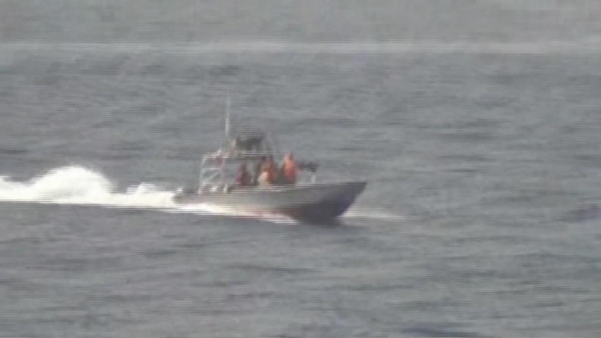 Hieman epäselvä kuva Iranin vallankumouskaartin moottoriveneestä merellä.