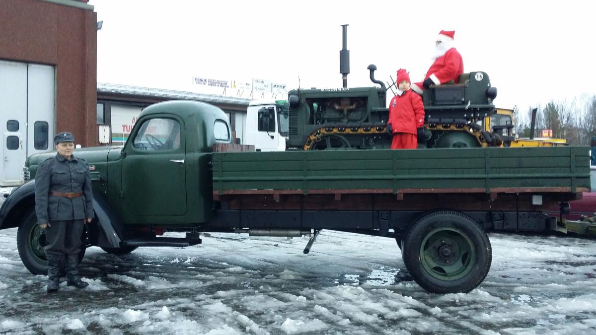 Kuvassa joulupukki kuorma-auton lavalla