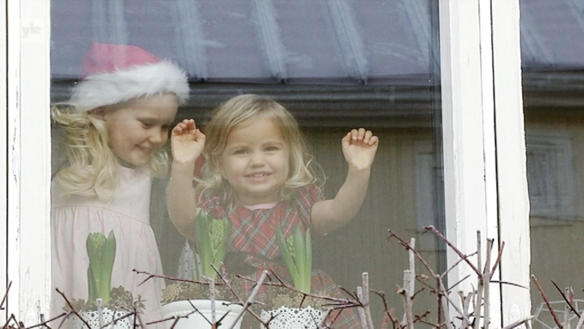Kaksi tyttöä ikkunassa
