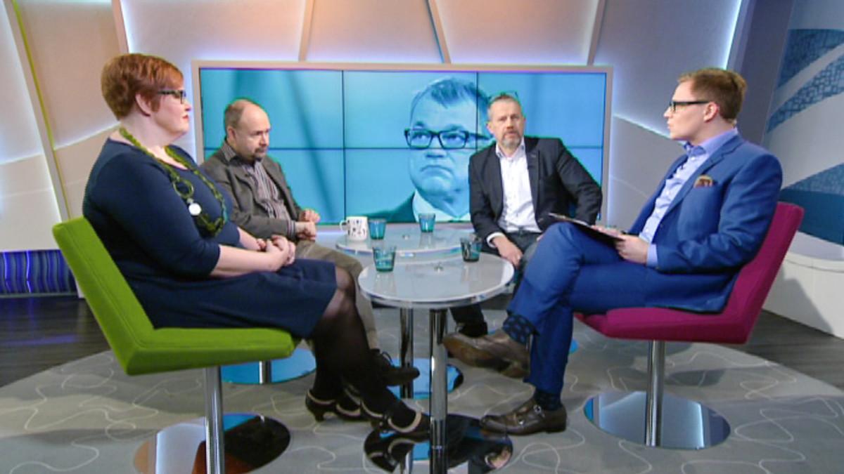Aamu-tv:ssä keskustelemassa Ylen politiikan toimittaja Jari Korkki, Talouselämän toimittaja Matti Virtanen sekä media-alan pitkäaikainen vaikuttaja Elina Yrjölä.