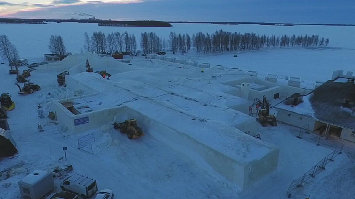 Kemin Lumilinna 2017 lähes valmiina.