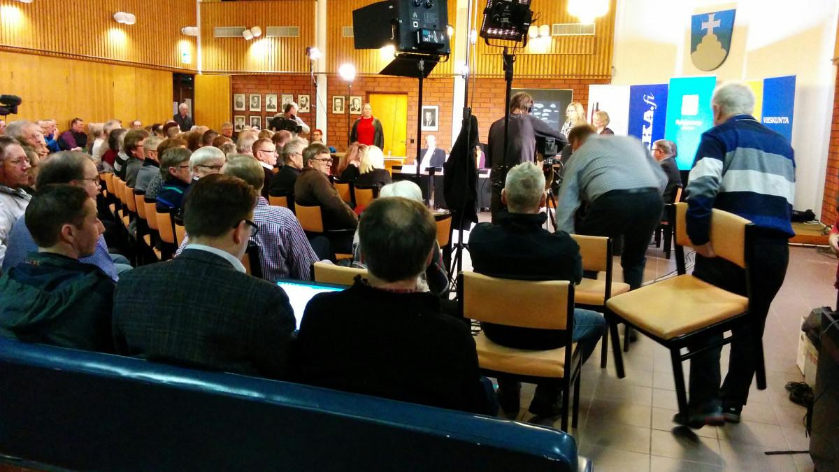 Ehdokkaita ja yleisöä vaalipaneelitilaisuudessa Alavudella.