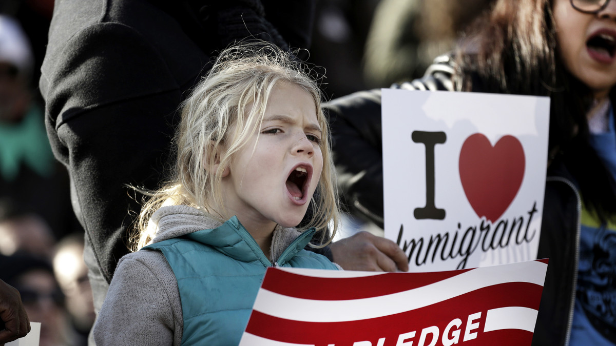 Nuori tyttö osoittaa mieltään Trumpin julistamaa muslimien maahantulokieltoa vastaan.