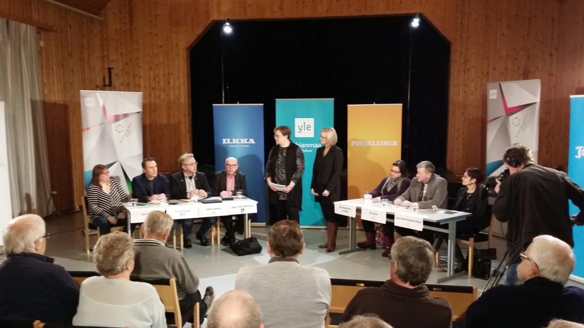 Alajärven vaali-iltamia luotsasivat toimittajat Marja Tyynismaa Ilkasta (keskellä vas.) ja Elina Niemistö Yle Pohjanmaasta.