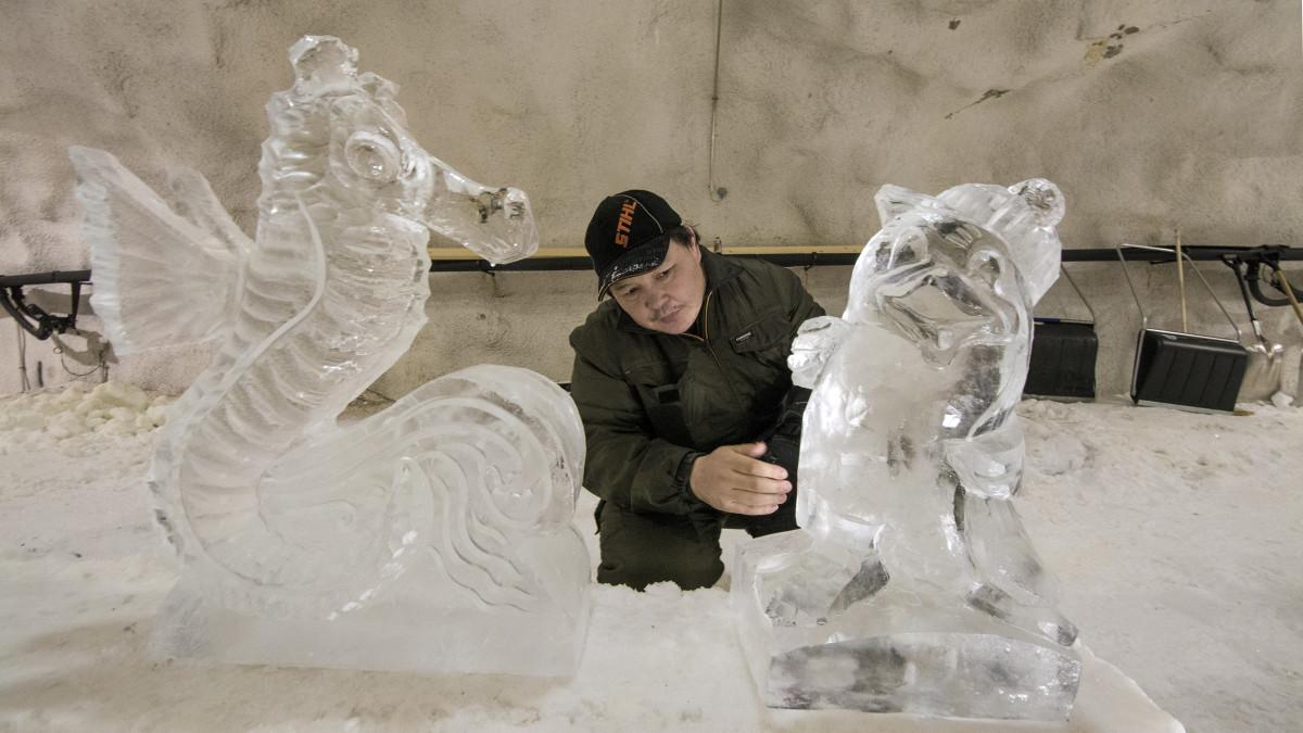 Lkhagvadorj Dorjsuren veistää jäästä koristetta.