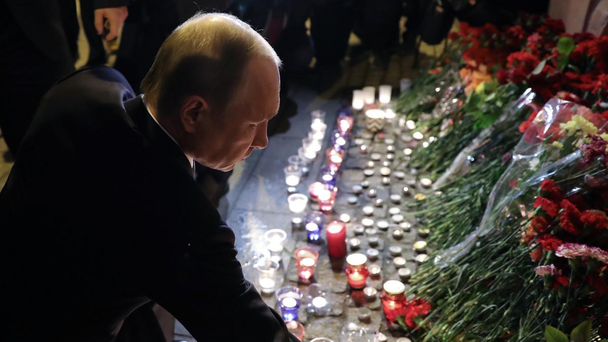 Venäjän presidentti Vladimir Putin laski kukkia Tekhnologicheskiy Institut metroasemalle 3. huhtikuuta 2017.