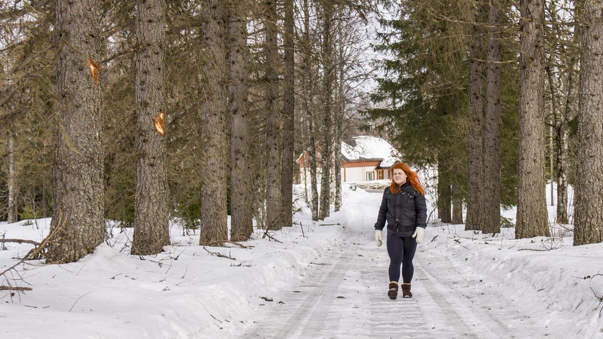 Mirka Koskela kävelee kotikadullaan