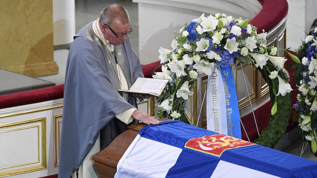 Emerituspiispa Eero Huovinen presidentti Mauno Koiviston valtiollisten hautajaisten siunaustilaisuudessa Tuomiokirkossa.
