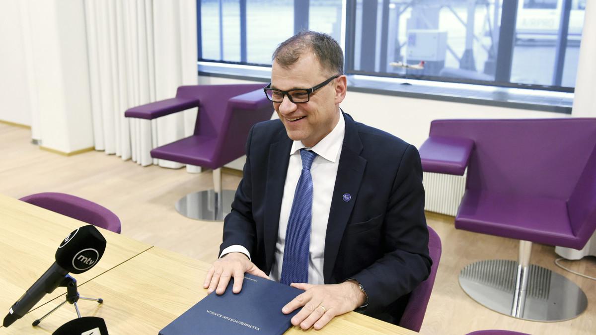 Pääministeri Juha Sipilä tapasi mediaa Turun lentokentällä.