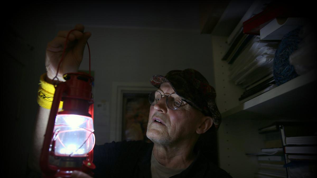 Heikki Mäntymaa Helsinki taiteilija asuu ilman sähköä