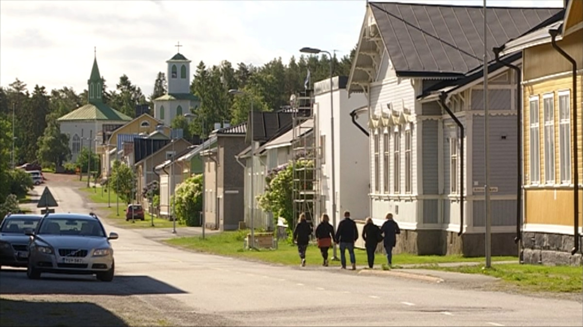Ihmiset kävelevät Porin Reposaaren kadulla kesällä.