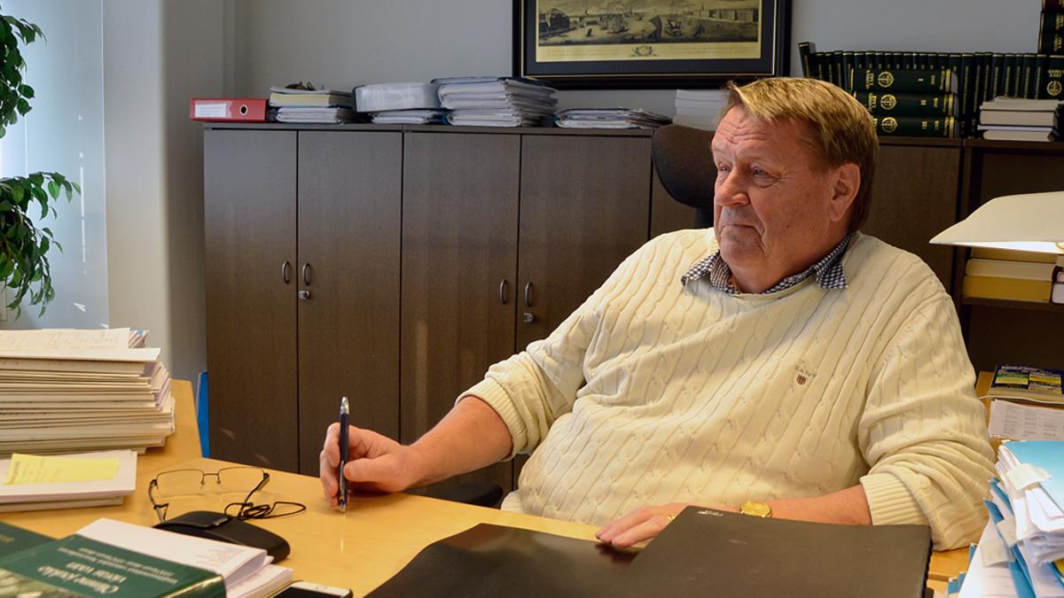 Raimo Kantola työhuoneessaan.