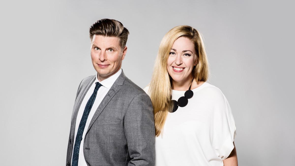 Markus Liimatainen ja Annika Damström juontavat  A-teema: Seksuaalista häirintää -ohjelman suoran lähetyksen.