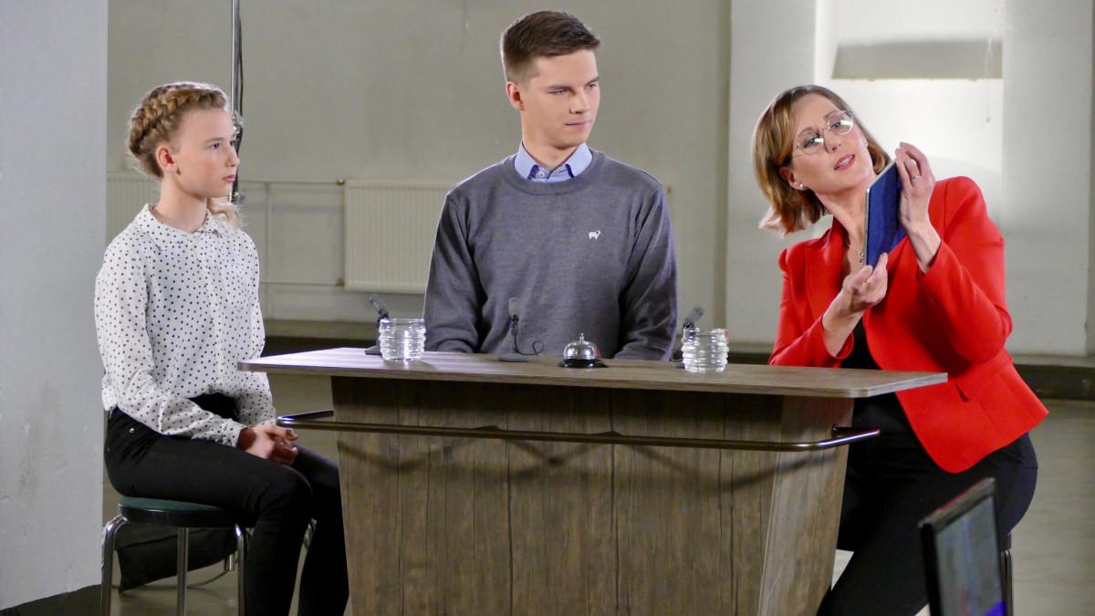 Kuvassa presidenttiehdokas Tuula Haatainen ja kaksi nuorta haastattelutilanteessa.