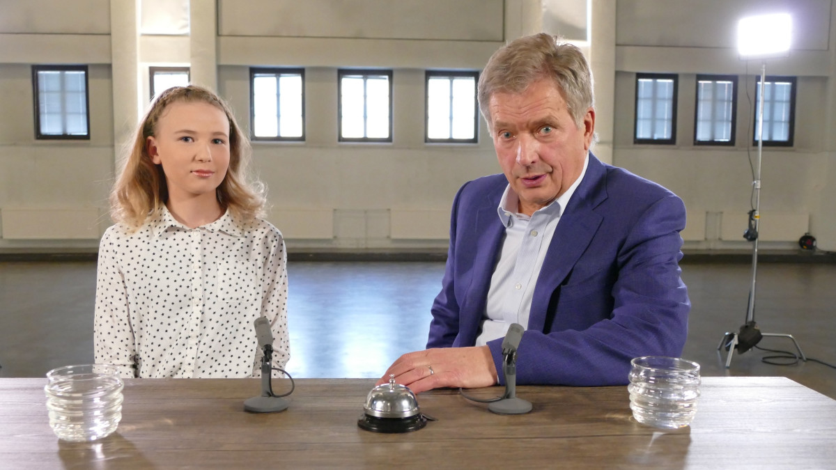 Kuvassa nuori uutisluokkalainen ja presidentti Sauli Niinistö.