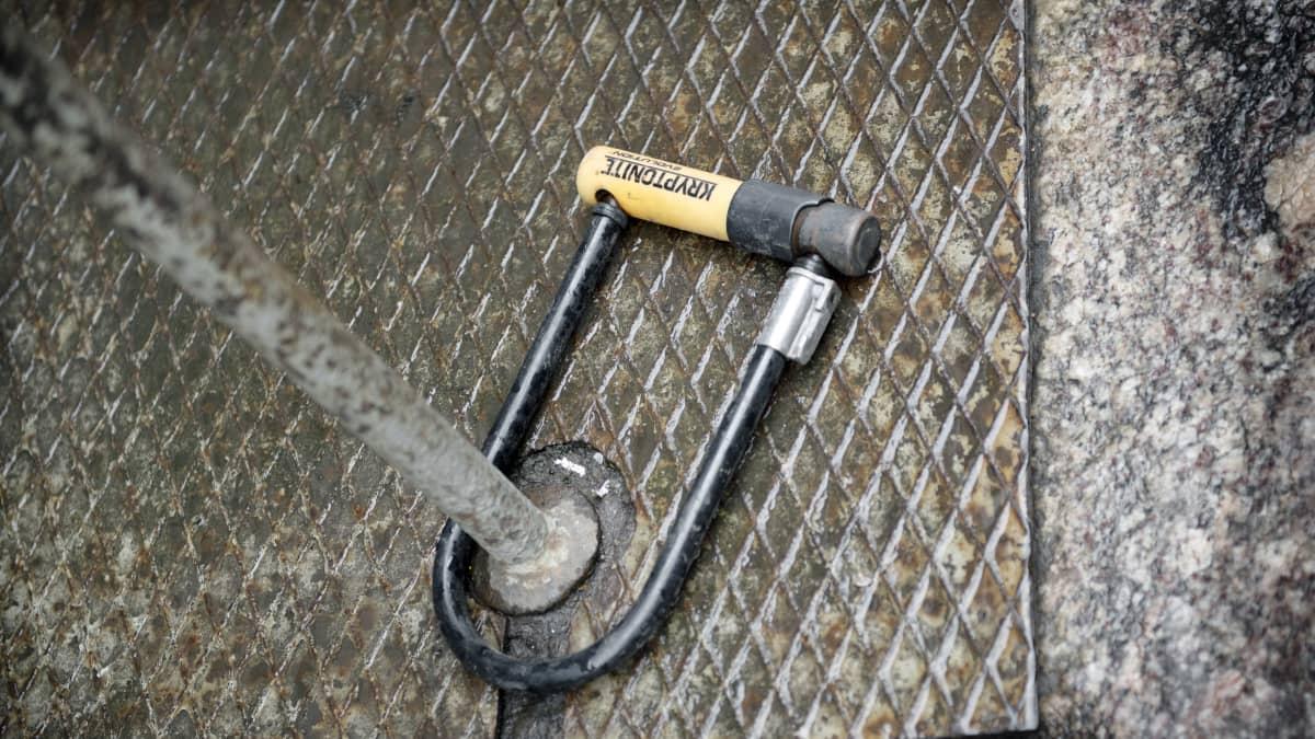 Polkupyörän lukko kiinni tolpassa.