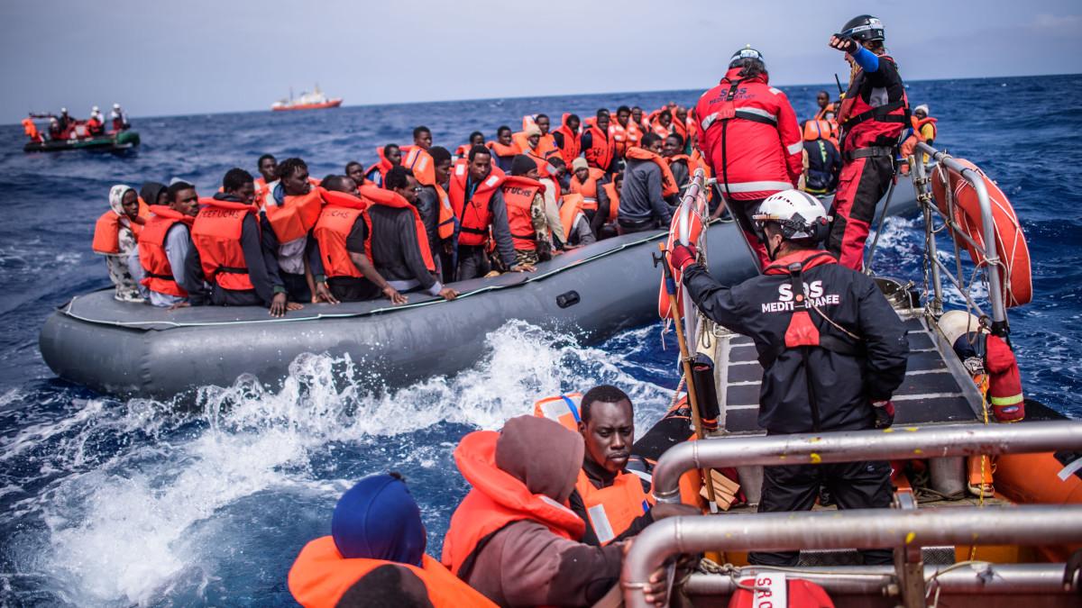 SOS Méditerranée-järjestö pelastipakolaisia veneestä noin 50 kilometriä Libyan rannikolta 18 huhtikuuta 2018.
