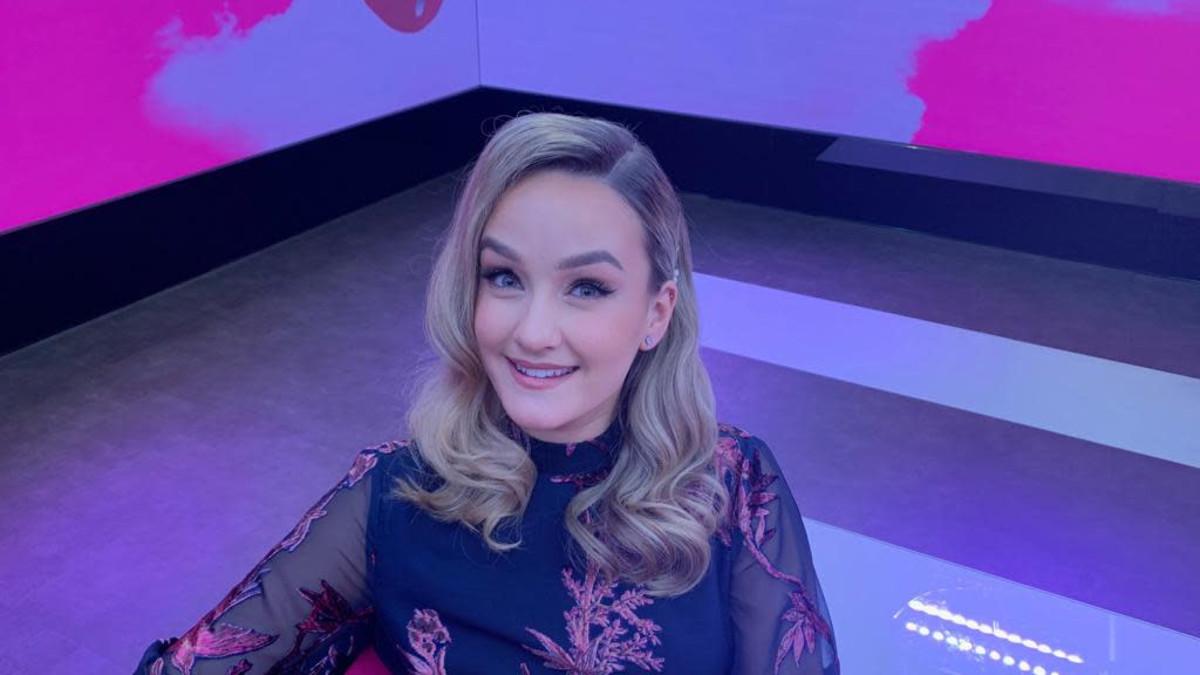 Laulaja-lauluntekijä Nelli Matula Puoli seitsemän-ohjelman vieraana.
