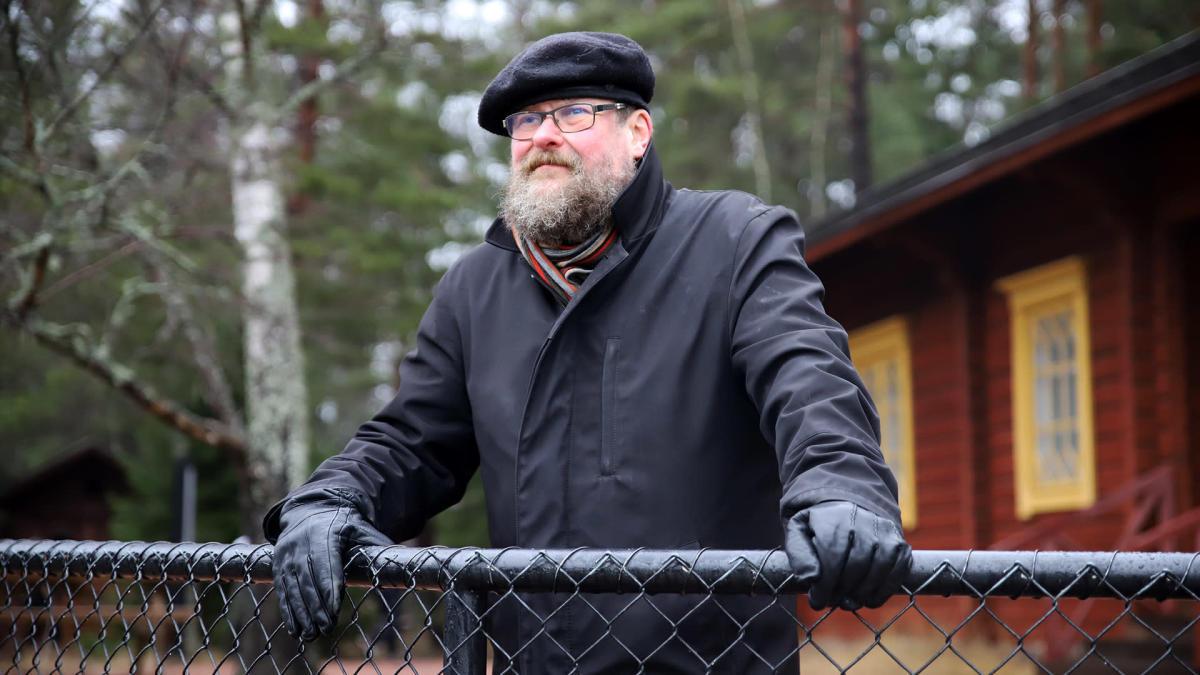 Petri Pietiläinen ihailee Langinkosken maisemia.