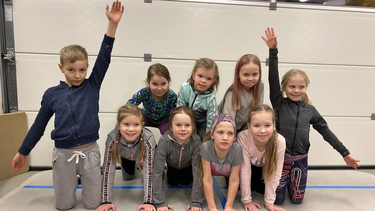 Kuvassa lapsia jumppaamassa