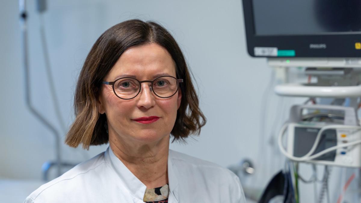 TAYSin infektio-osaston osastonylilääkäri Jaana Syrjänen: Olemme oppineet paljon viruksesta. Se on ovela.