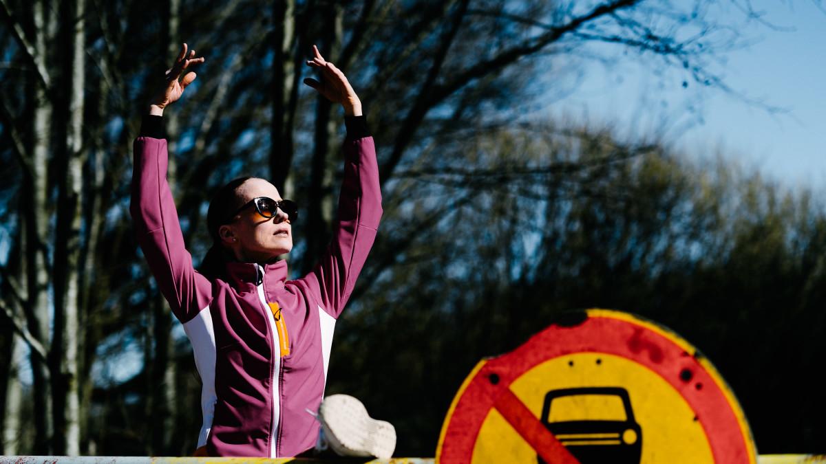 Balettitanssija Mira Ollila harjoittelee baletin tekniikoita Helsingin Pitkäkoskella