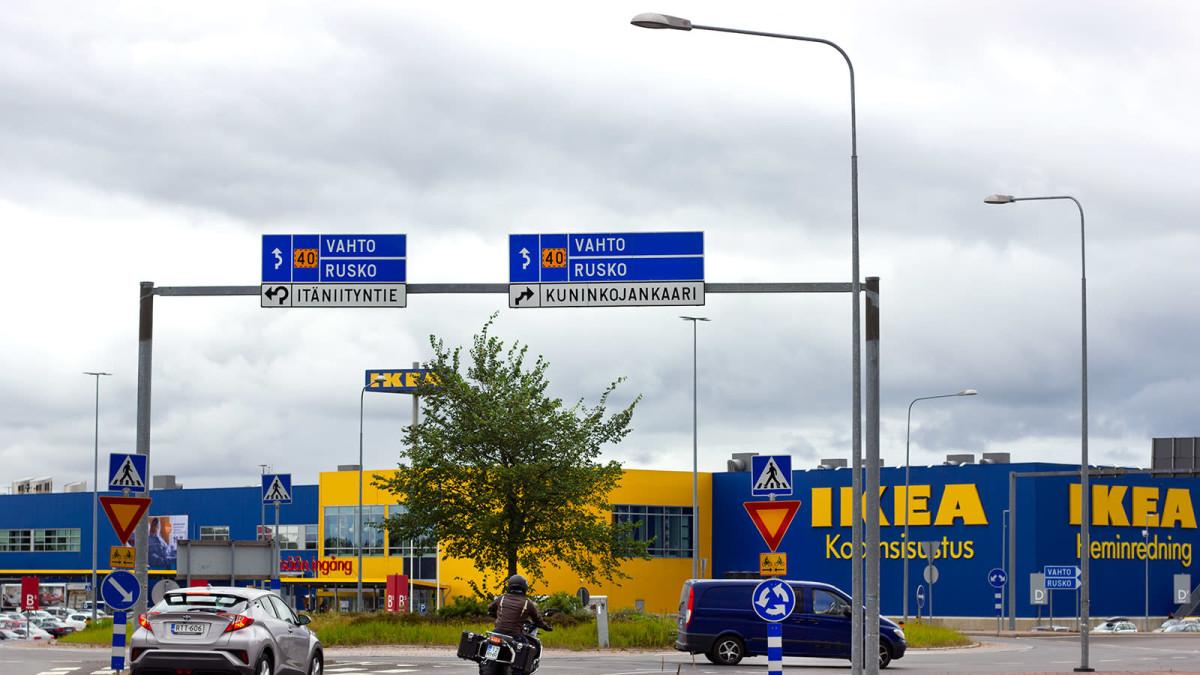 Osaatko sinä ajaa Raision Ikeaan oikein liikenneympyrästä? Katso yksi esimerkki.