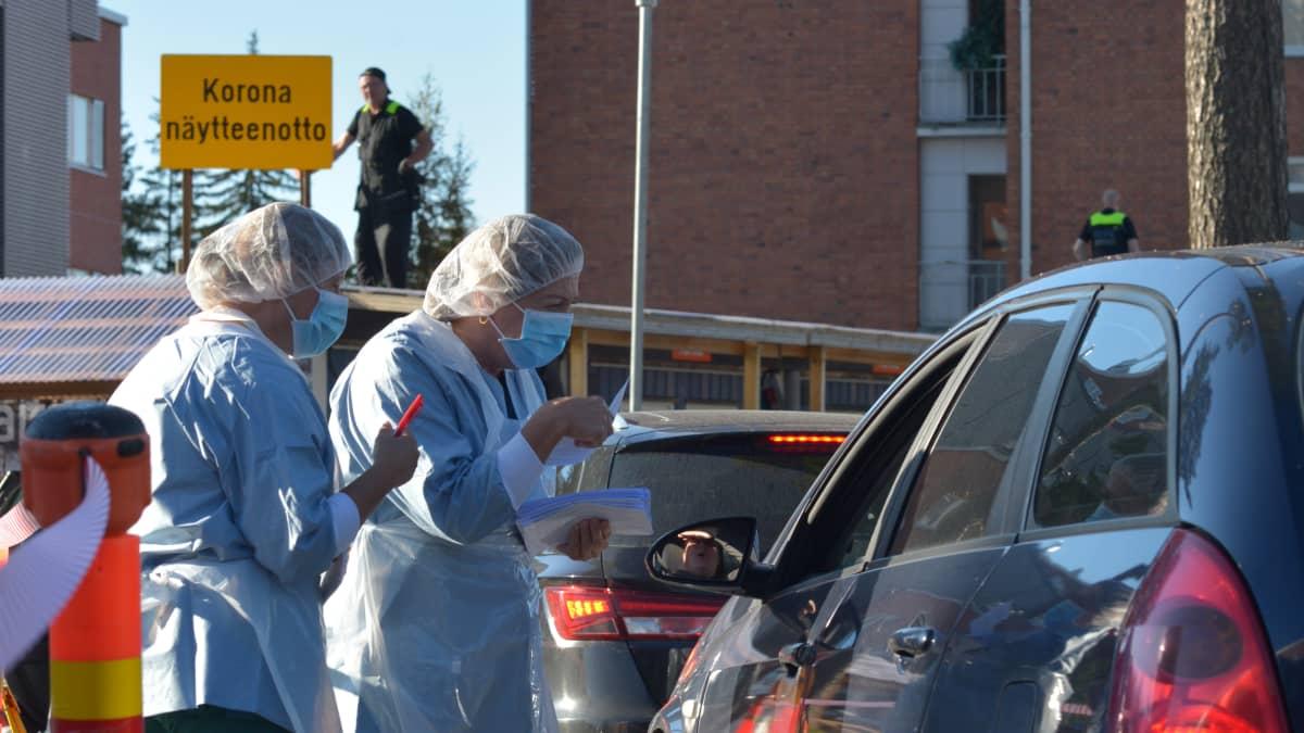Jyväskylän keskussairaalan pihalla autojno korona näytteeottopaikalla