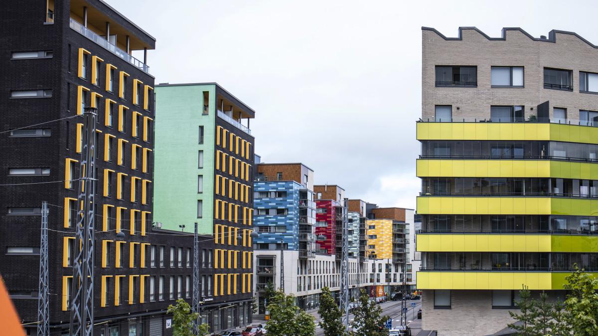 Värikkäitä kerrostalojen julkisivuja Helsingin Jätkäsaaressa.